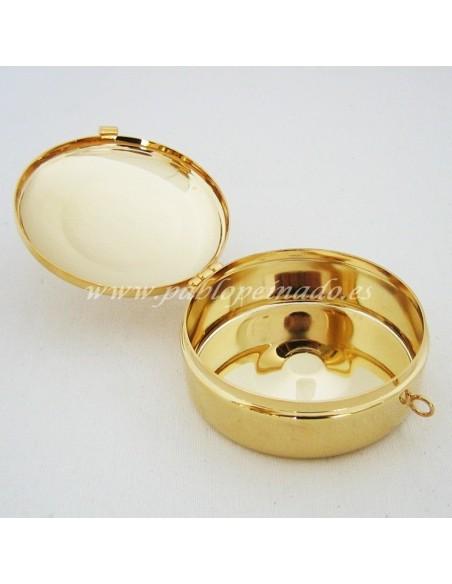 Portaviático con acabado dorado. Tapa grabada con motivo IHS.  Dimensiones: 8 Ø x 3.5 cm.