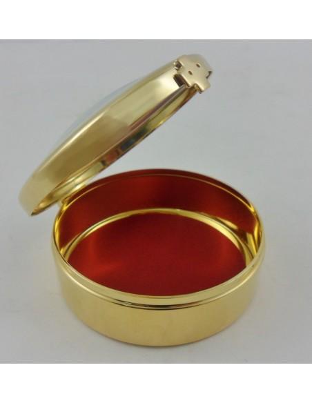 Relicario con agujero para para sello de plomo, interior rojo, con vidrio transparente. Medidas: 8 Ø x 3 cm.
