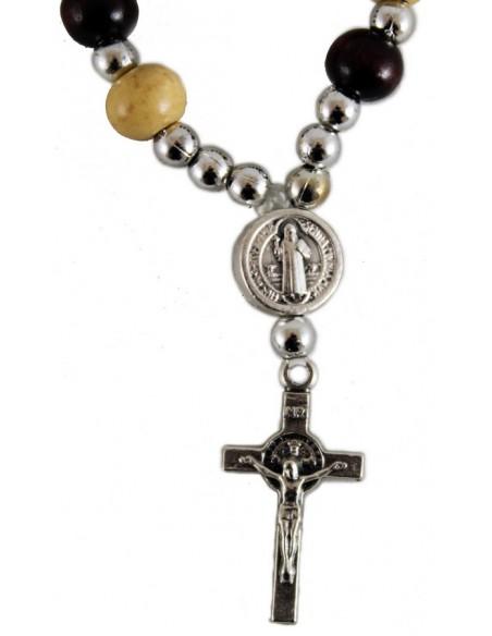 Decena con borlas de madera con la cruz de San Benito.