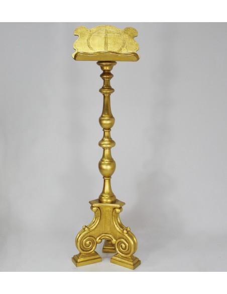 Atril de pie de madera tallada dorado.  Altura: 130 cm. Posalibro: 30 x 37 cm.