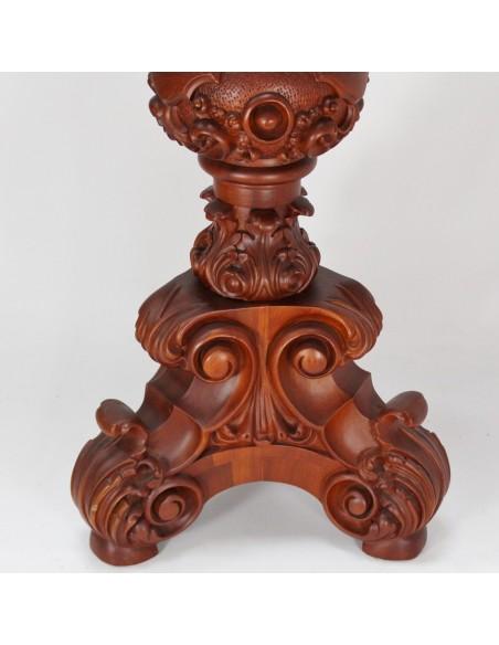 Atril de madera estilo barroco con motivos vegetales, ángeles y volutas. Acabado con pátina de cera.  Altura: 125 cm. Posali