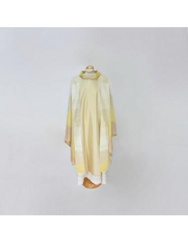 Casulla de lana con reflejos dorados y bordados.