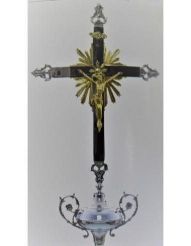 Cruz parroquial niquelada.ç Medidas cruz: 80x37 cm Largo varas: 227 cm Ø 2.5 cm