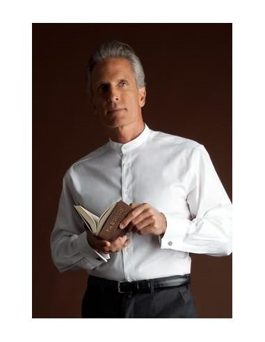Camisa blanca de cuello sotana. Los puños son para gemelos. Esta compuesta de algodón y poliester.