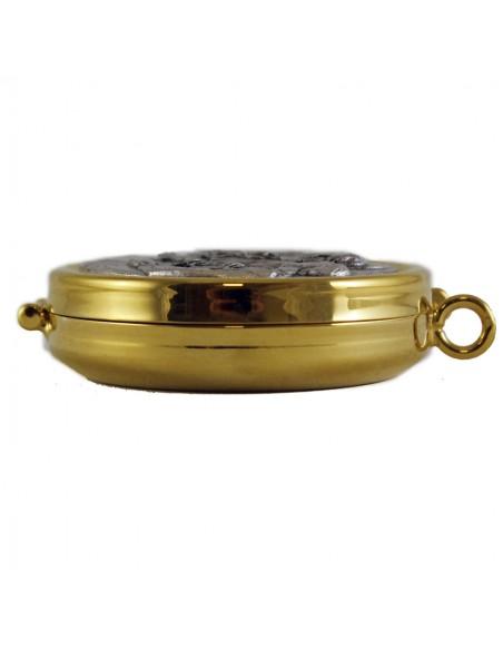 Portaviático dorado con decoración de la última cena en bajo relieve. Medida: Ø 5.4 x 1.5 cm alto