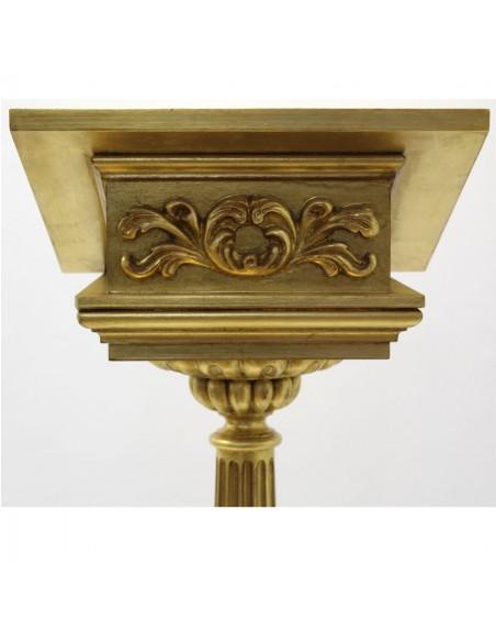 Atril de madera decorado en pan de oro.  Altura: 125 cm. Posalibro: 45 x 35 cm.