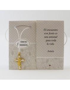 Colgante con cadena plateada y una cruz en dorado o plata. La cruz tiene los elementos de la comunión: el pan y las vides en e