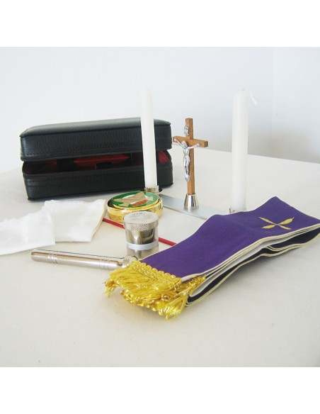 Cartera de sacramentos en piel con cierre de cremallera.  Incluye: portaviatico, paño de altar, crucifijo, hisopo, crismera de