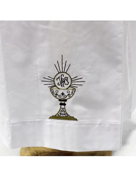 Alba mixto algodón con bordado Cáliz en la parte delantera, trasera, las mangas van sin bordado.