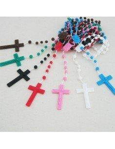 Rosario de con cuentas de plástico. Este rosario tiene como adorno una cruz. Modelo disponible en diferentes colores. Largo: 4