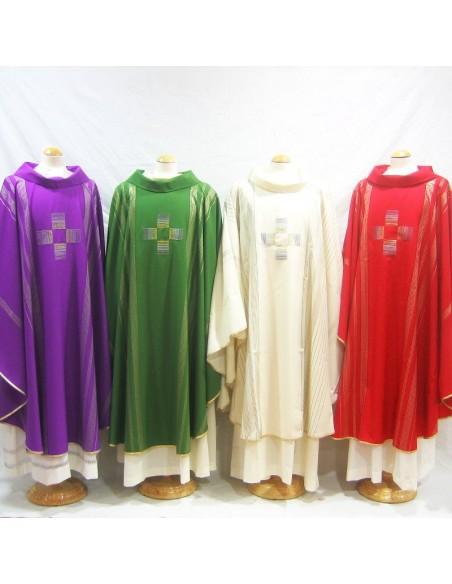 Casula Style con cruz bordada. Disponible en los cuatro colores litúrgicos e incluso en rosa. Largo: 1,24 Ancho: 1,77