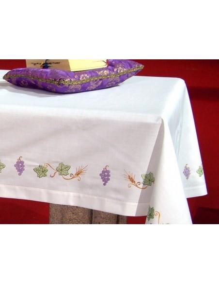 Mantel de altar con bordado JHS de colores con bordado en cuatro lados. 75% poliester 25 % algodón.  Disponible en diferentes