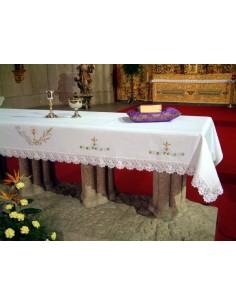 Mantel de altar con motivos bordados de espigas, vid y cáliz bordado frontal y laterales. 75%poliester 25 %algodón. Disponible