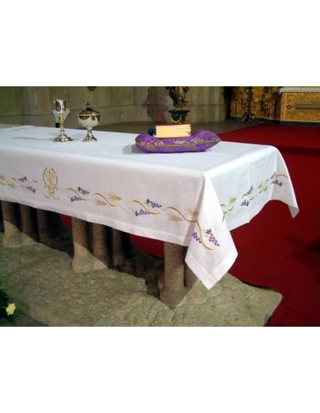 Mantel de altar bordado uvas espigas disponible en color blanco.  Disponible en diferentes medidas.