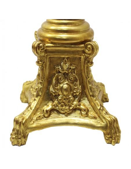 Pie de cirio de madera decorado en pan de oro para cirio de 9,50 cm. Dimensiones: 150x40 cm.