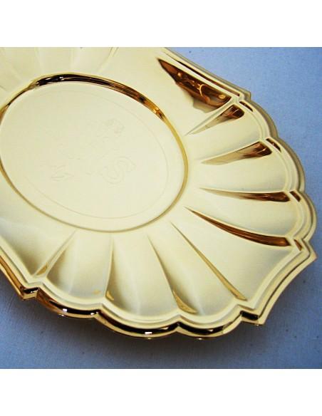 Bandeja de comunión en acabado dorado. Disponible con mango o sin el mismo. Grabado IHS en el centro de la bandeja.  Dimensio