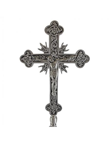 Cruz de altar plateada.