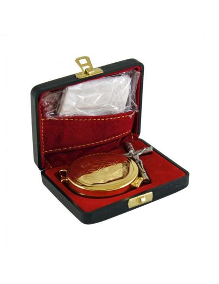 Cartera de sacramentos rígida, color negro.  Incluye: portaviatico, cruz y paño de altar. Dimensiones: 9x7x2,5 cm.