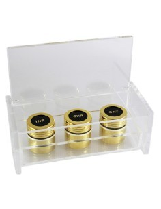Crismera triple con estuche de metacrilato. Acabado en dorado. ESTUCHE: 7 X18 CM CRISMERA: 4 cm de alto x 3.5 cm diámetro