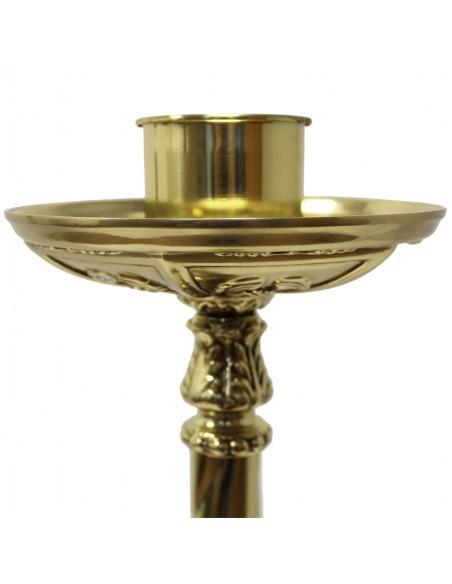 Portacicio de bronce en acabado dorado.  Se puede poner el portavela  para cirios de 6, 7.5, 9 y 10 cm de Ø.  Base: 23 cm x