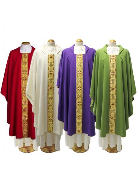 Casulla con galón dorado y detalle de cruz Disponible en los colores liturgicos
