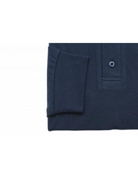 El interior del cuello está acabado con tela Fil a Fil.  Composición de algodón 100% Lacosta.  Manga larga.