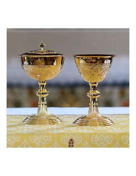 Caliz dorado con piedras Swarovski  Medida: 22 cm de altura x 12 cm de ancho Incluye una patena de 14 cm Ø.