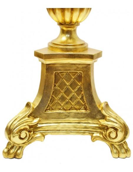 Pie de cirio de madera decorado en pan de oro para cirio de 9,50 cm. Dimensiones: 135x40 cm. Mechero: 9,5 cm