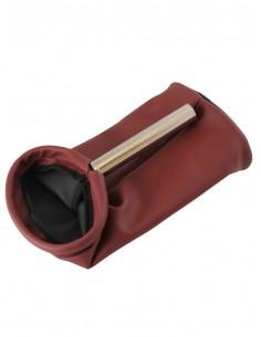 Bolsa de polipiel en rojo con mango para limosnas. Fondo: 28 cm  Anchura: 18 cm  Mango: 15.5 cm