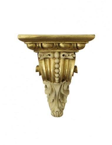 Repisa dorada con motivos vegetales  Dimensiones. 31 cm de alto x 23 cm de ancho x 18.50 cm de profundidad.  Base: 23 cm de