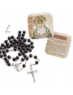 Caja de lata con rosario. Imagen de la Virgen de la Macarena en la parte exterior de la cajita. Rosario de 50 cm