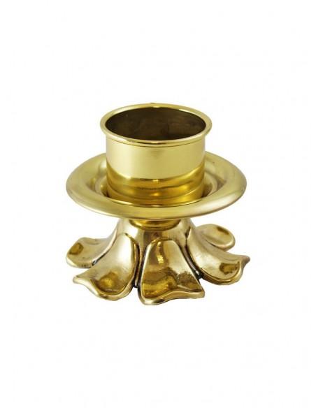 Candelero acabado en dorado de bronce con detalle de pétalos y hojas en relieve. Dimensiones: 8 cm de alto x 9 cm de anchura.