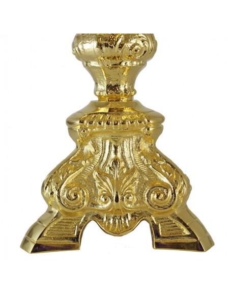 Crucifijo de sobremesa de 3 patas para el altar. Disponible en 2 acabados: dorado y plateado. CANDELEROS NO INCLUIDOS. Refer