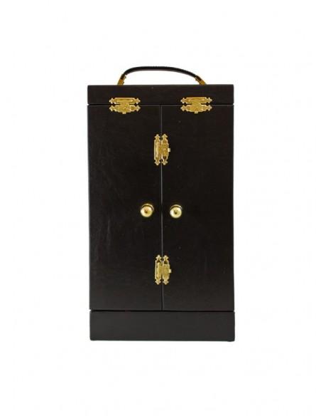 Cáliz de plata con maletín.  El cáliz contiene diversos labrados de detalles florarles repartidos en la copa, base y nudo. El