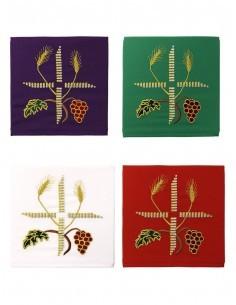 Palia para cubrir el cáliz, disponible en los 4 colores litúrgicos: blanco, morado, verde y rojo.  En el bordado podemos aprec