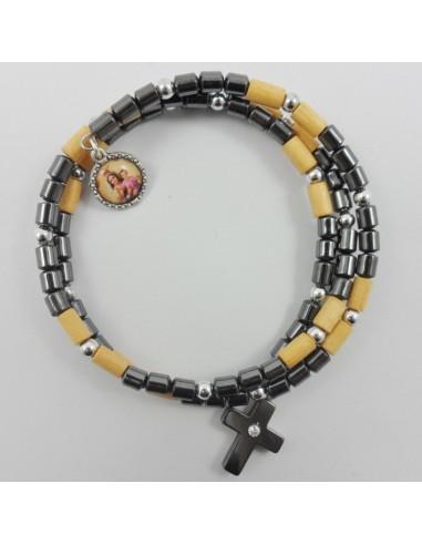 Pulsera espiral con imagen de la Virgen del Carmen en un extremo y una cruz en el otro.