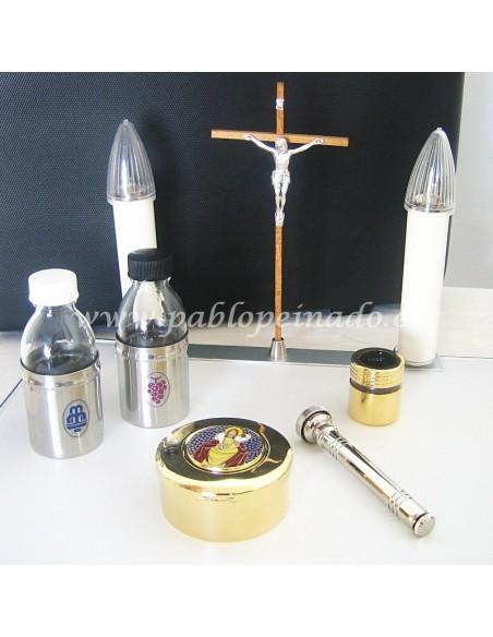 Maletín de Celebración rígido, color negro. Cierre con llave. Incluye un pequeño altar con todo lo necesario para la celebració