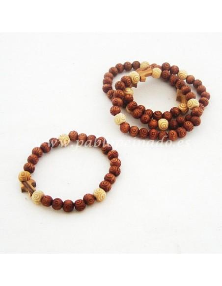 Pulsera de madera marrón y natural con cruz Tau.