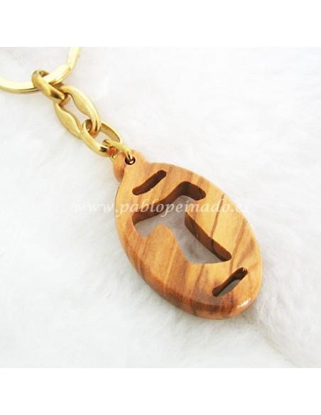 Llavero de cruz Tau en madera de olivo. Cruz calada en la madera.