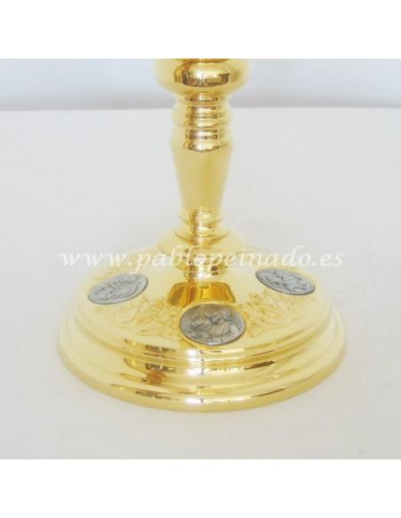 Cáliz acabado en metal dorado. Dimensiones: 23x10,5 cm.