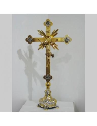 Cristo sobremesa en metal bicolor con Cristo en talla de madera. Medida cruz + base: 84 cm altura y 45 cm de ancho Medida Cri