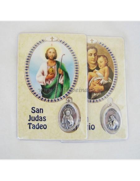 Medalla plateada con diferentes imagenes.