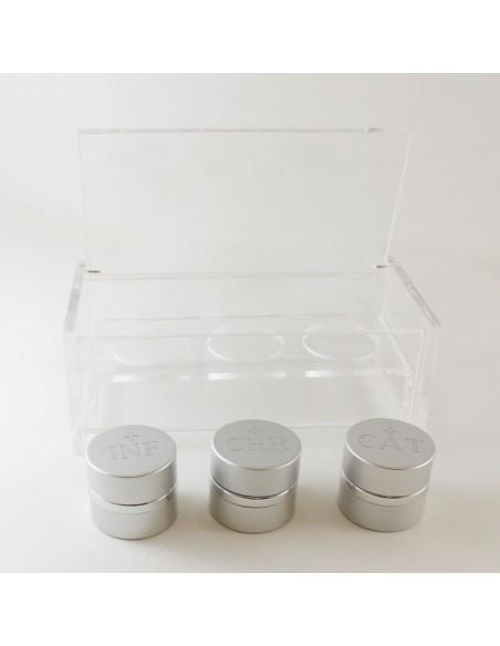 Crismera triple en aluminio con interior de cristal en estuche de metacrilato.  Dimensiones crismera: 4 x 4 cm  Dimensión