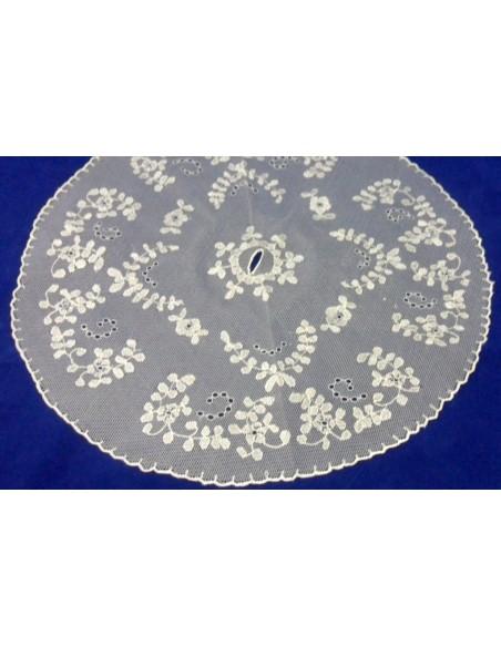 Cubrecopon en tul, hecho y bordado completamente a mano.  Se puede hacer en la medida requerida por el cliente.