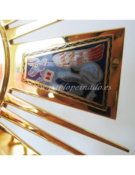 Custodia dorada con esmaltes. Dimensiones: 45 x27 cm.
