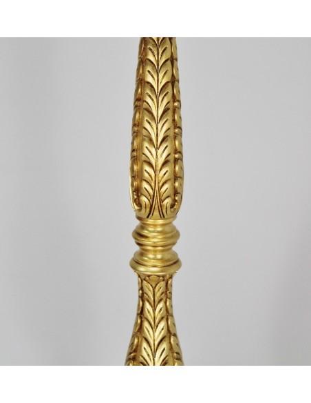 Atril de madera acabado en pan de oro con motivos vegetales.  Altura: 126 cm. Posalibro: 26 x 34 cm.