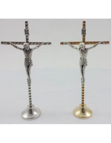Crucifijo de sobremesa en metal. Modelo disponible en plata y dorado. Crucifico metálico con Jesús Cristo. Consta de una peana
